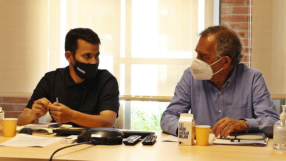 Vicent Marzà y Miguel Soler, ayer, en la conselleria, desde donde se conectaron a la reunión. | LEVANTE-EMV
