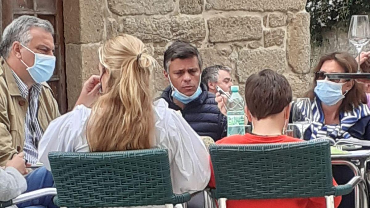 Leopoldo López estuvo en la terraza de un local hostelero próximo a la plaza de Fefiñáns.