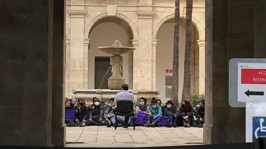 Una protesta feminista ocupa por la fuerza la Delegación del Gobierno en Valencia