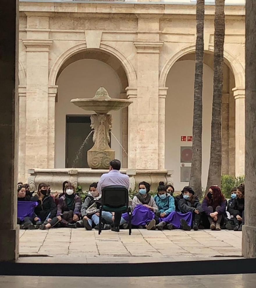Una protesta feminista ocupa durante cinco horas la Delegación del Gobierno en Valencia