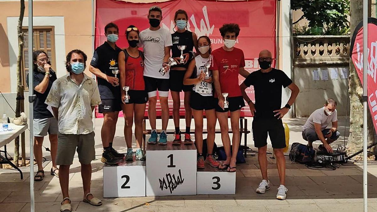 Los primeros clasificados posan en el podio tras la cronoescalada. | P.B.