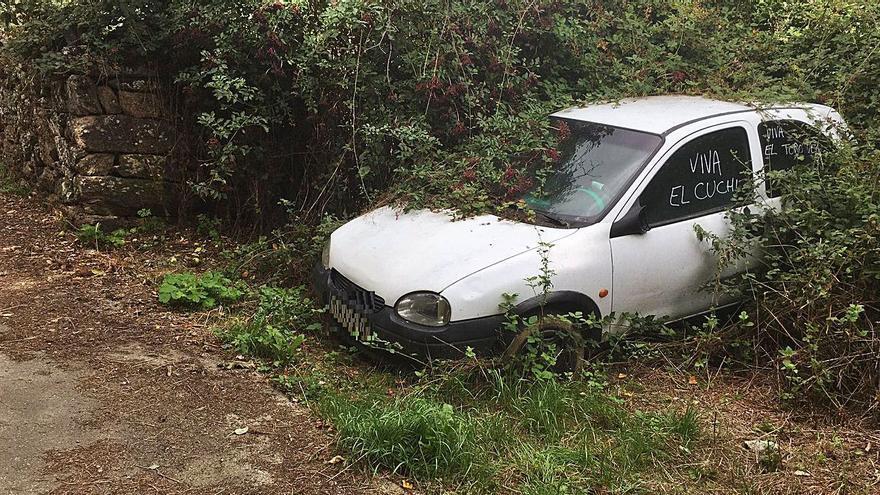 Un coche precintado en 2018 permanece varado en Anta de Rioconejos