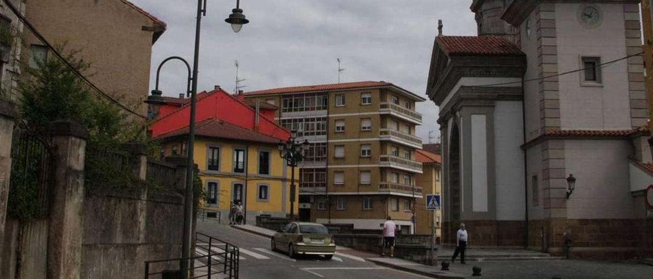 Vista lateral de la iglesia de San Félix de Candás.