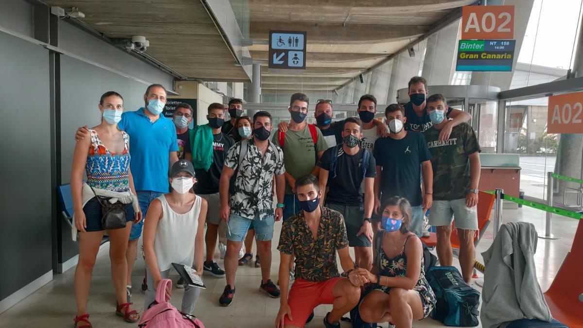 Parte de los cien valencianos en el aeropuerto de Los Rodeos de Tenerife.