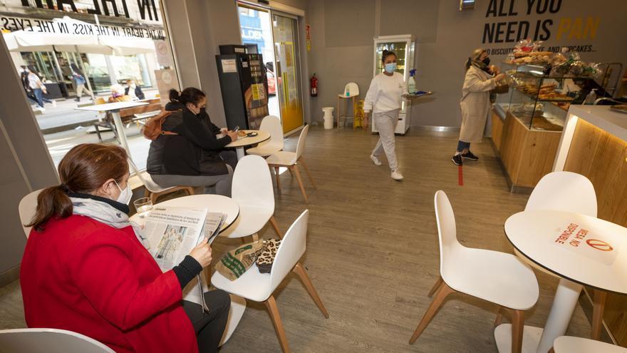 Sanidad y las autonomías aprueban la recomendación de cerrar los bares en zonas de riesgo