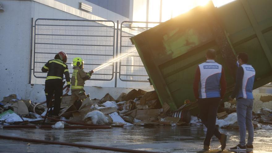 Extinguen un incendio originado en un compactadora de cartón en una tienda de deportes de Alicante
