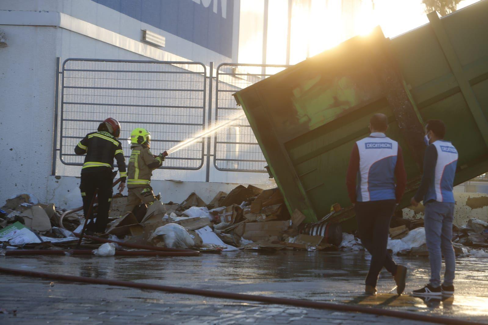 Los bomberos sofocan un incendio en Decathlon Alicante