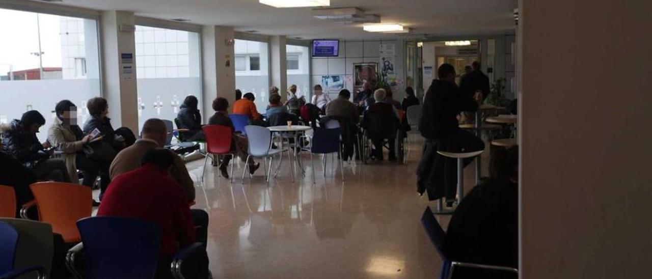 Acompañantes de enfermos que acudieron a urgencias, en la sala de espera.