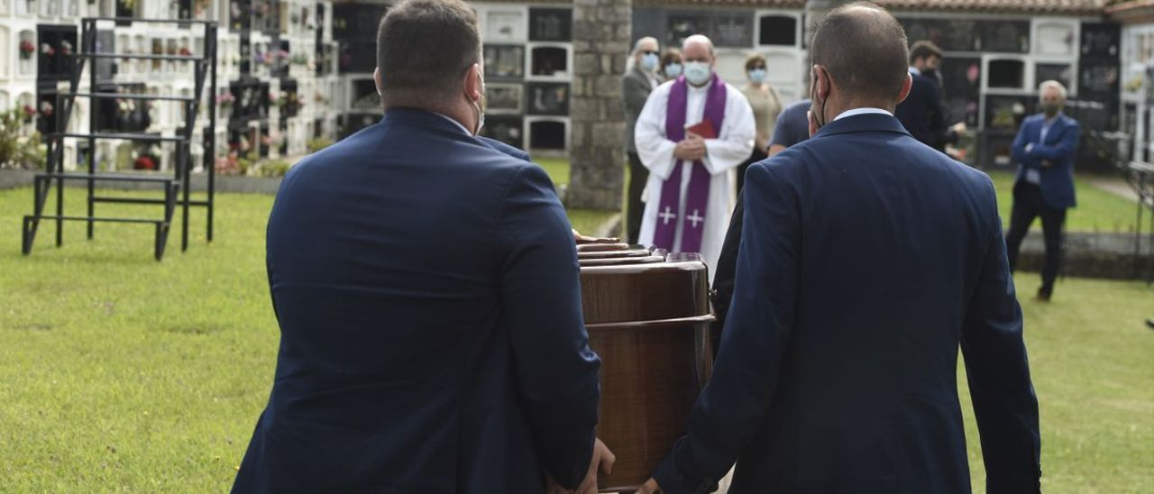 Menchu Álvarez del Valle descansa ya en Ribadesella, tras un íntimo funeral.