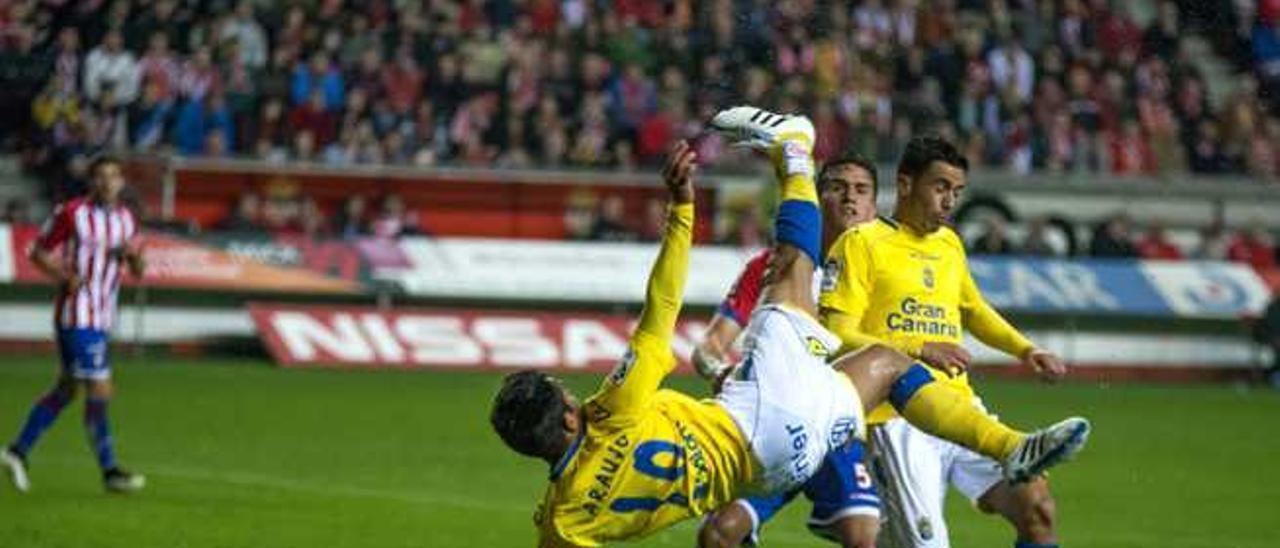 El remate acrobático de Sergio Araujo, ante Bernardo y Hernán Santana.