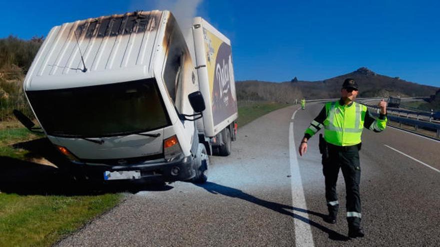 Arde en Cualedro un camión cargado de postres de chocolate