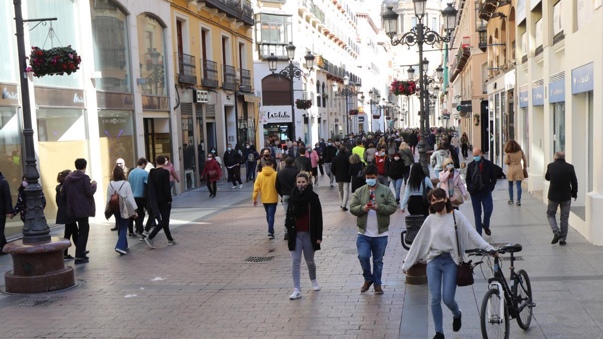 Viandantes en la calle Alfonso de Zaragoza.