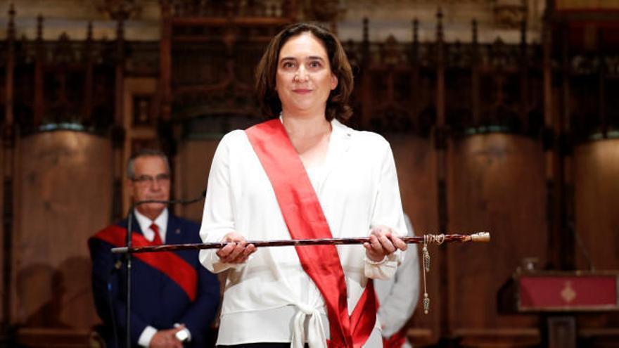 Colau, reelegida alcaldesa en una tensa investidura