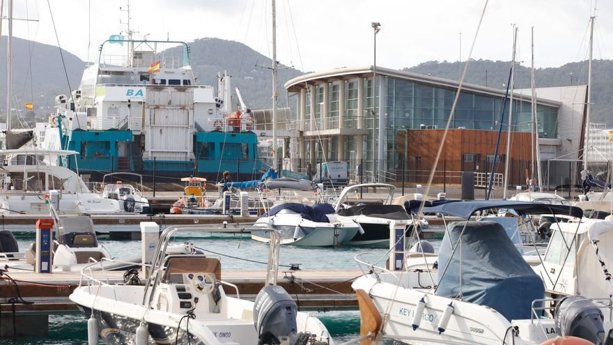 Denuncian que atuneros que faenan en Ibiza fondean sobre la pradera de posidonia de Sant Antoni