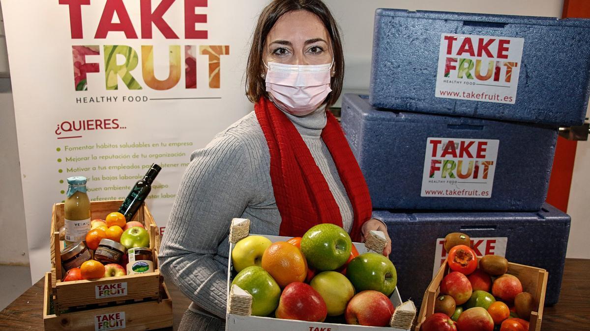 Nuria Pérez, con cajas de frutas y verduras.