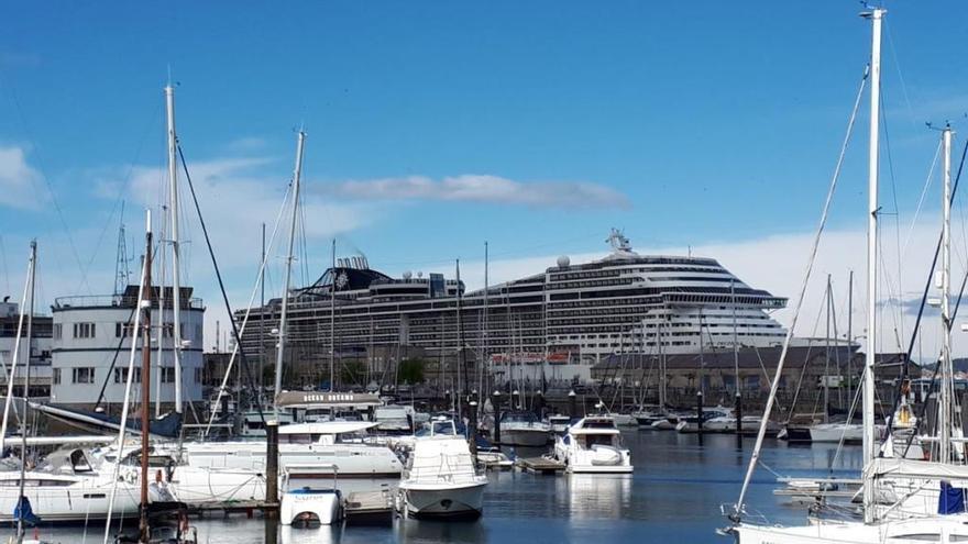La escala en Vigo de un coloso del mar con 3.400 pasajeros a bordo