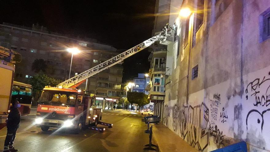 Los bomberos evitan la caída de cascotes del edificio protegido de la Fábrica de Hielo en Torrevieja
