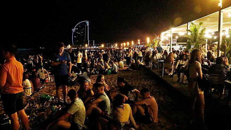 Alcohol i poques mascaretes al litoral de Barcelona