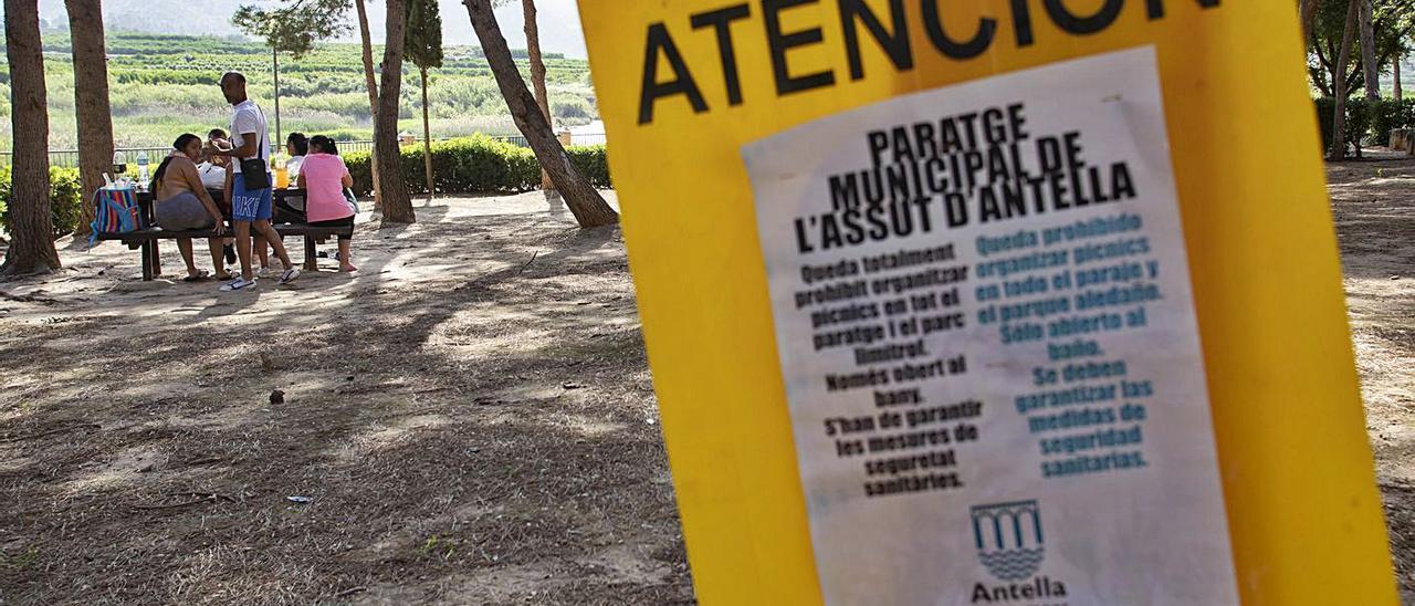 Un grupo de visitantes come en una de las mesas pese a los carteles de prohibición. | PERALES IBORRA