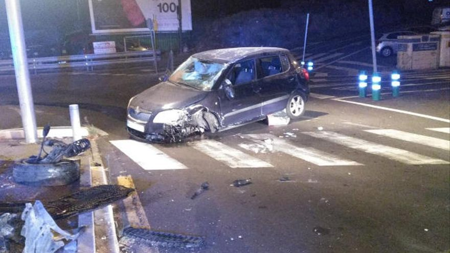 Así queda un coche tras impactar en la carretera general del Rosario