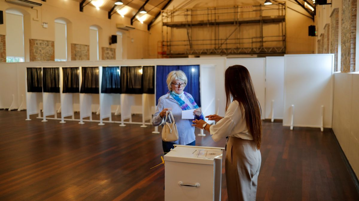 Una mujer vota en el referéndum.
