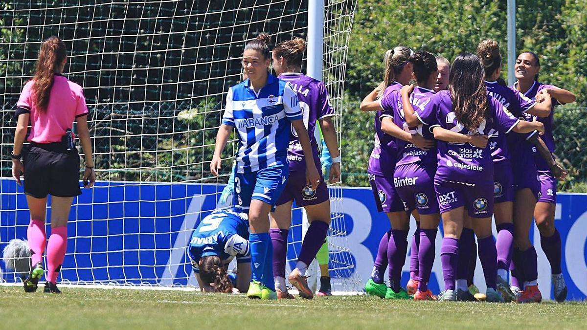 Martín-Prieto acaba de marcar el 0-1, y sus compañeras la felicitan. Las jugadoras del Deportivo no se lo creen.      E.D.