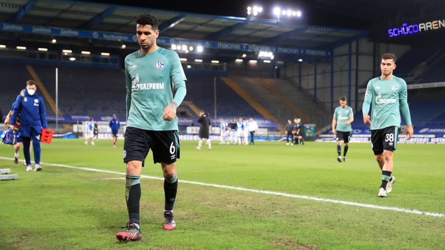 Los jugadores del Schalke 04, agredidos por su propia afición tras descender a Segunda