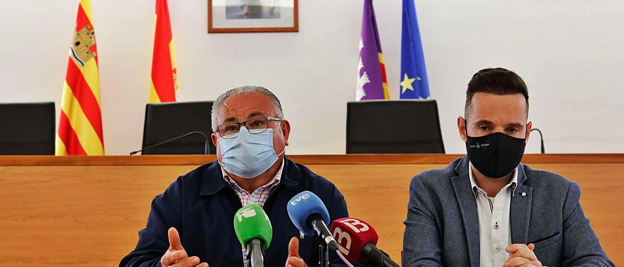 El alcalde, Antoni Marí, y el vicepresidente del Consell, Mariano Juan, ayer  en Sant Joan. J.A.RIERA