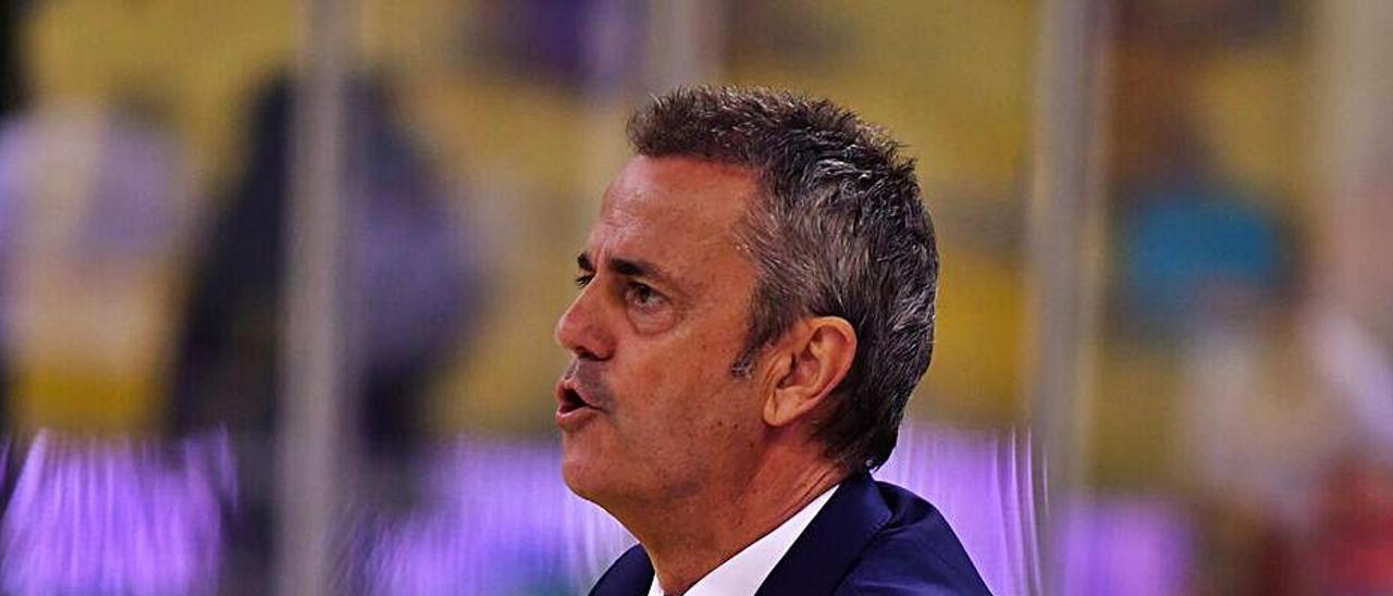 Fisac, técnico del Granca, aplaude a los suyos en el choque ante el Burgos. | | ACB PHOTO