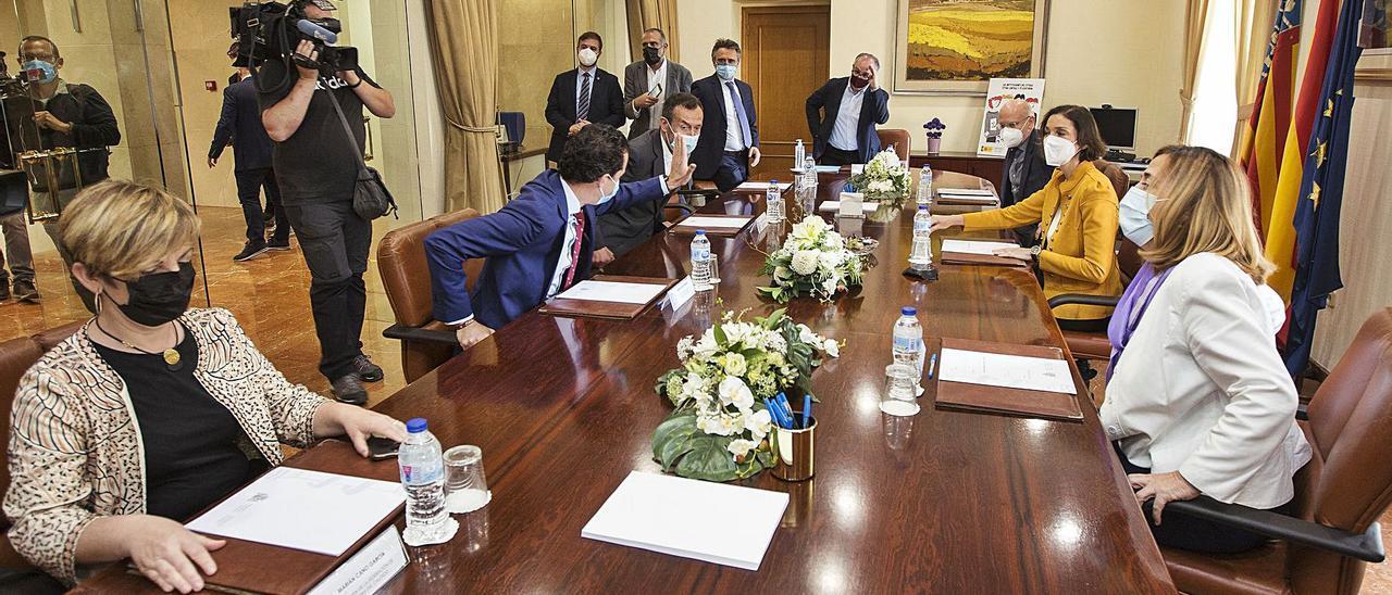 Los representantes del calzado reunidos con la ministra, la subdelegada del Gobierno y los alcaldes de Elche y Elda.   ALEX DOMÍNGUEZ