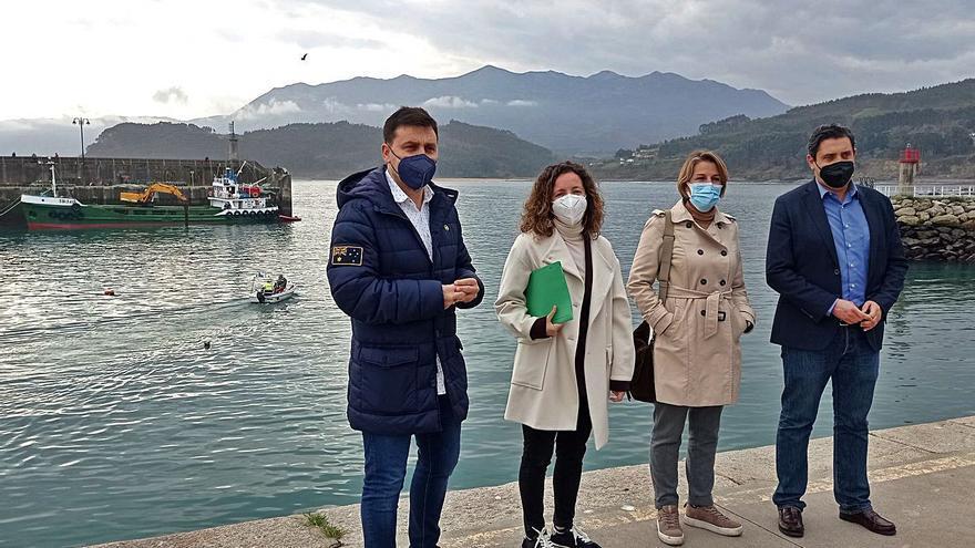 El Principado inicia de urgencia el dragado de la bocana del puerto de Lastres