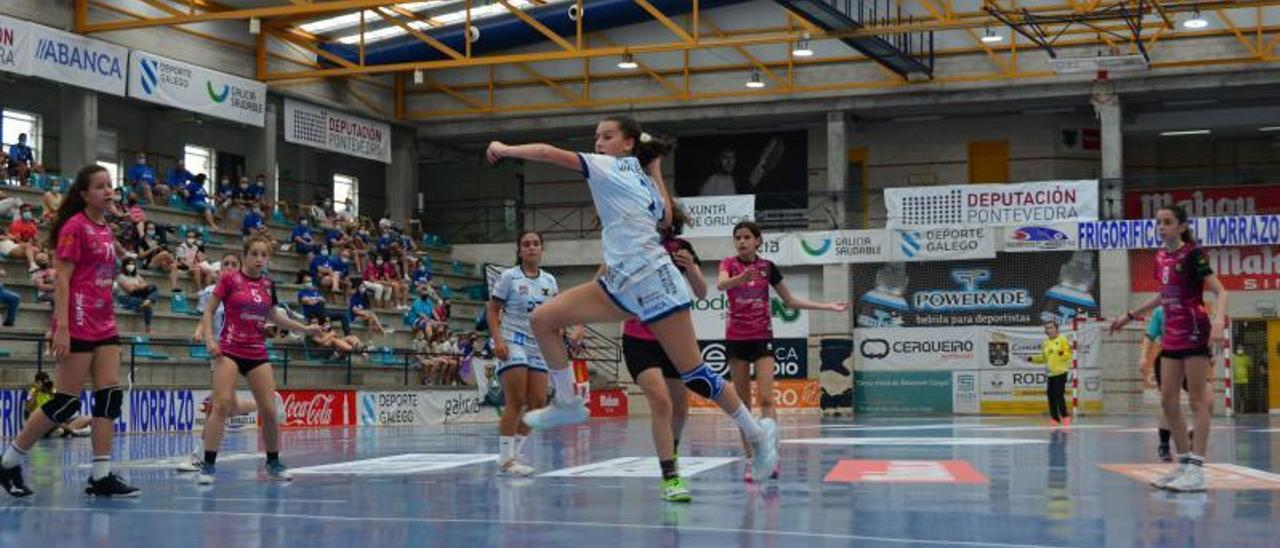 Naihara Costas lanza en un partido de la fase de Cangas.    // G. NÚÑEZ