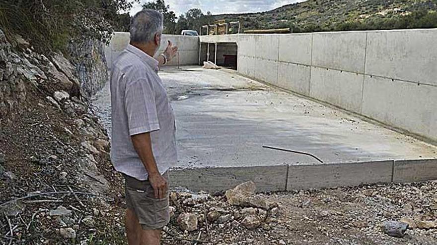"""Obras cuestionadas Recubrimientos de """"falsa piedra seca"""" y un desvío de un tramo del torrente bajo sospecha"""