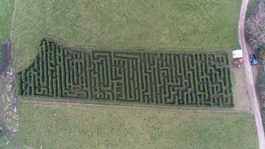 Llanes presenta el laberinto vegetal más grande de España: dos kilómetros y medio de pasillos de cipreses para perderse