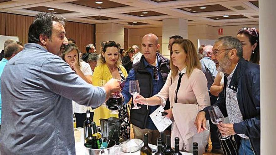 Un participante ofrece explicaciones sobre los vinos.