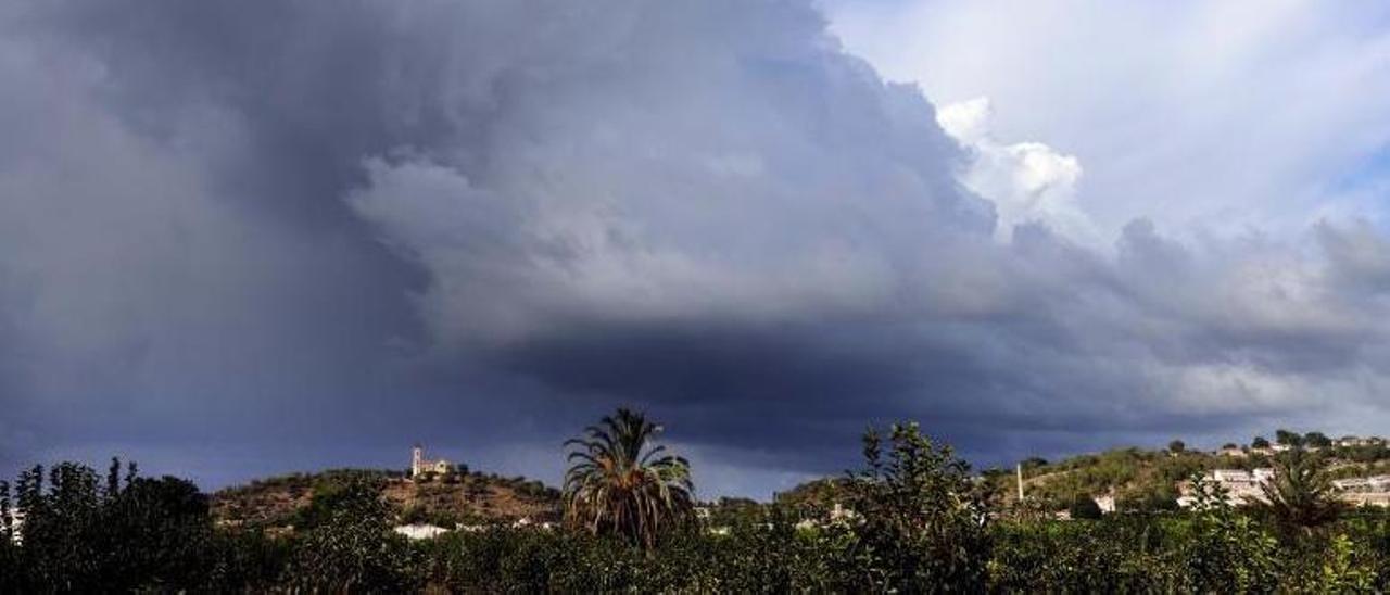 Formación de nubes sobre la Muntanyeta del Salvador de Alzira con potencialidad de acabar en un fenómeno de precipitaciones torrenciales.   VICENT M. PASTOR