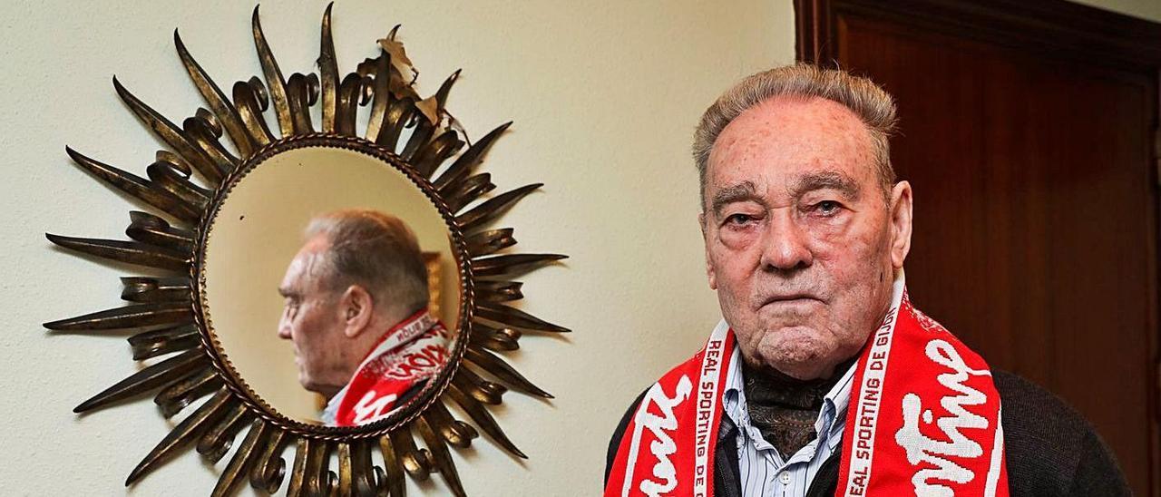 Prendes posa ayer en su domicilio de Gijón con una bufanda del Sporting.