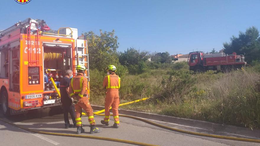 Los bomberos controlan un incendio junto a una urbanización en Llíria