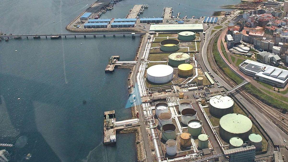 Pantalanes uno y dos del muelle petrolero, situados en el centro de la imagen.