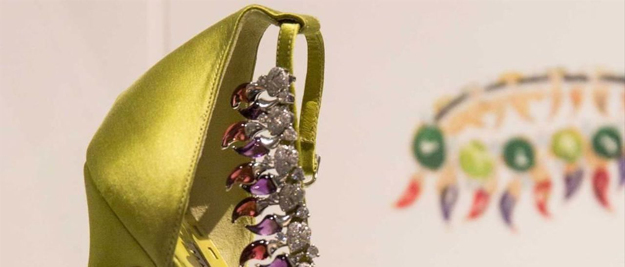 """Modelo """"Peperoncino"""", zapato de noche en satén verde con amatista, rubelita y diamantes de Bvlgari."""