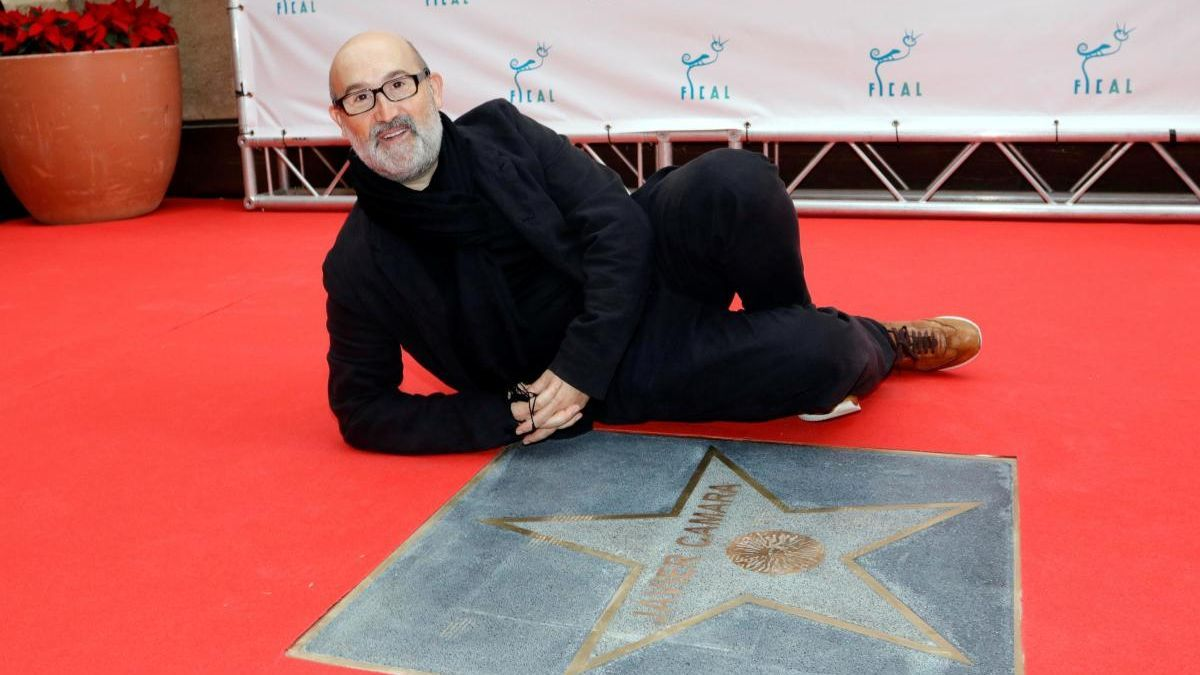 The actor Javier Cámara discovers the star that bears his name on the Almería Walk of Fame.