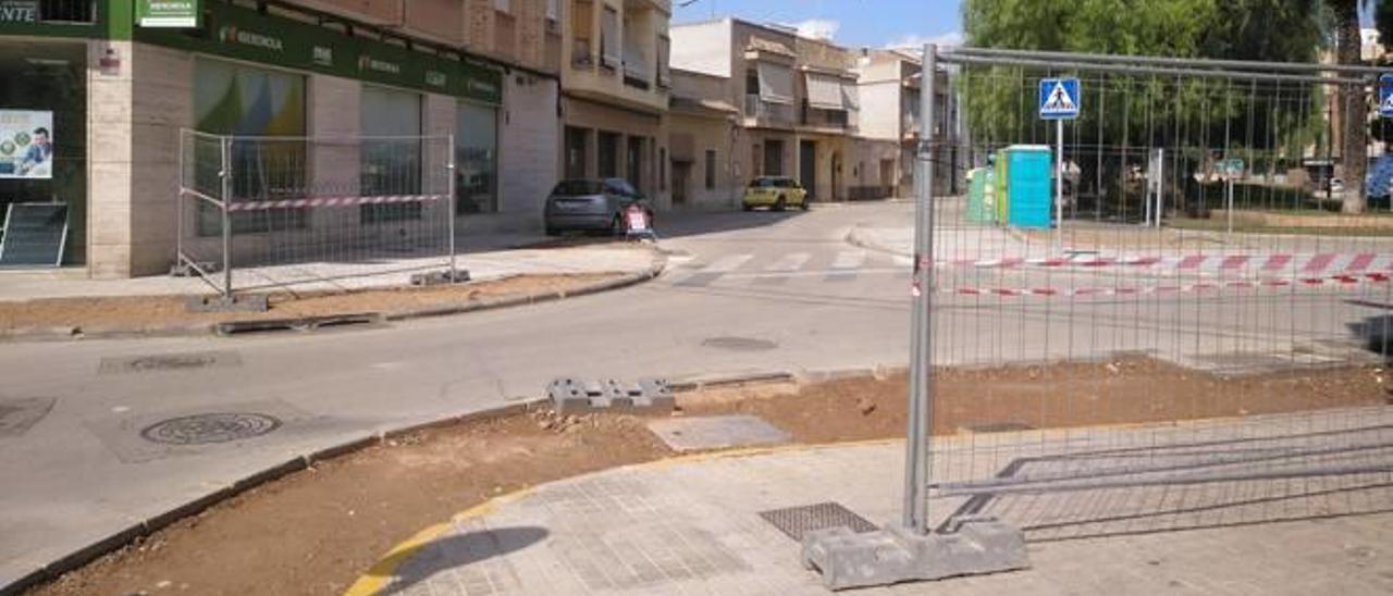 Vallas utilizadas en Moncada para controlar el acceso a las discomóviles de la plaza San Jaime.