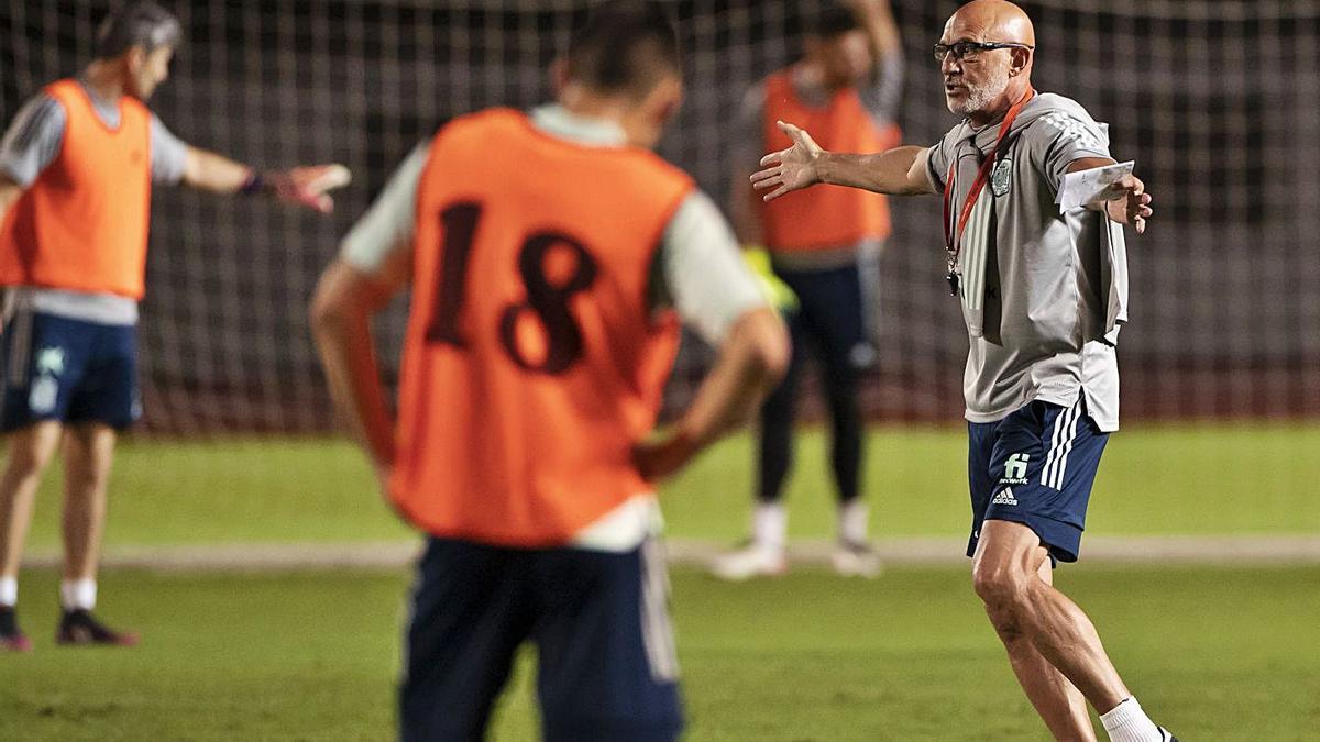 El entrenador de España, Luis de la Fuente, durante el entrenamiento de ayer.    EUROPA PRESS/RFEF