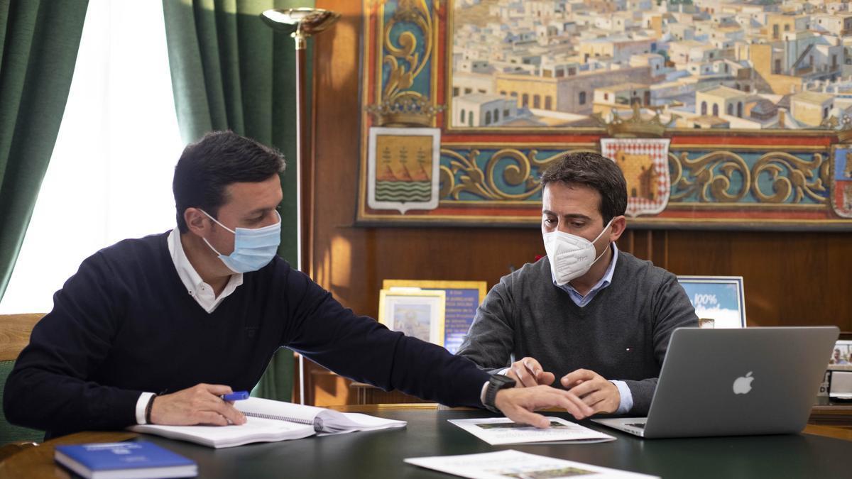 El presidente y vicepresidente de la diputación de Almería, Javier Aureliano García y Óscar Liria.