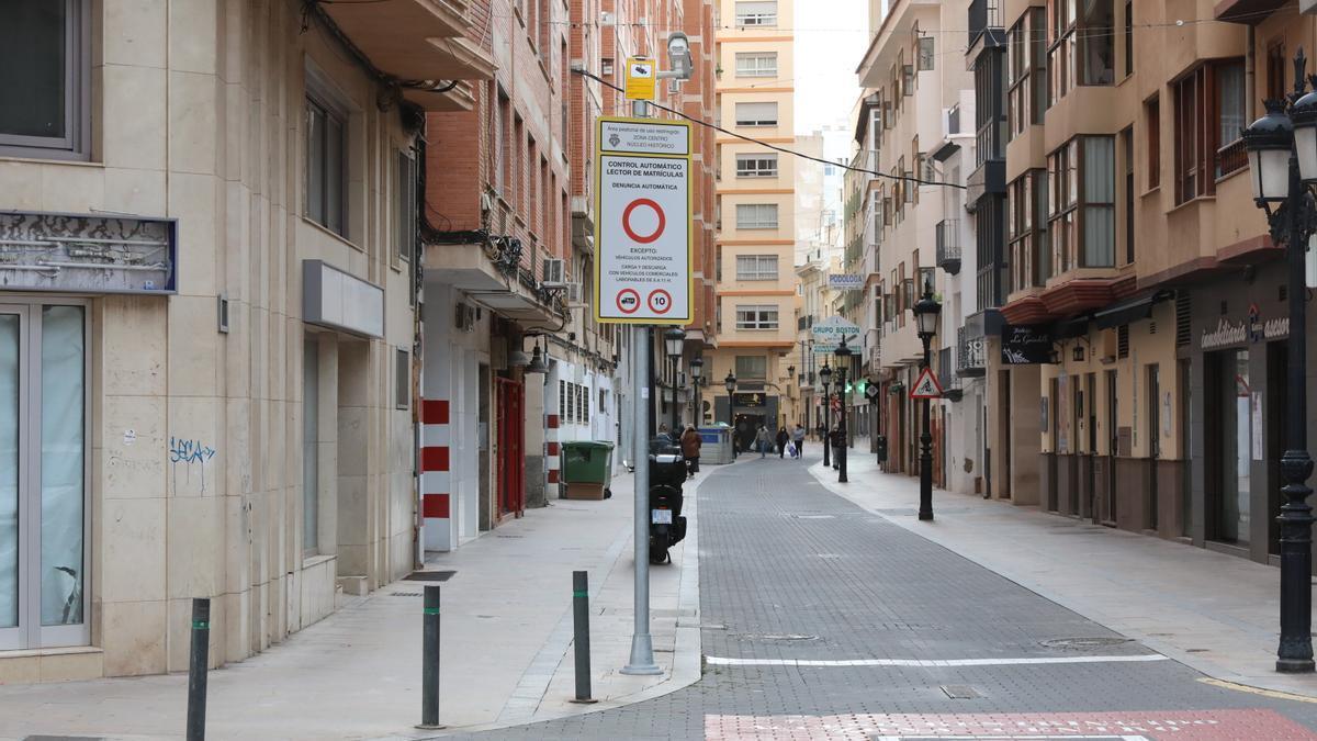 Imagen de una cámara y señalítica en la calle Ruiz Vila.