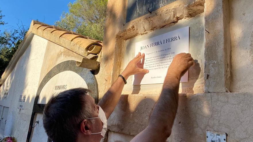 Familiares de Joan Ferrà colocan una placa en su memoria