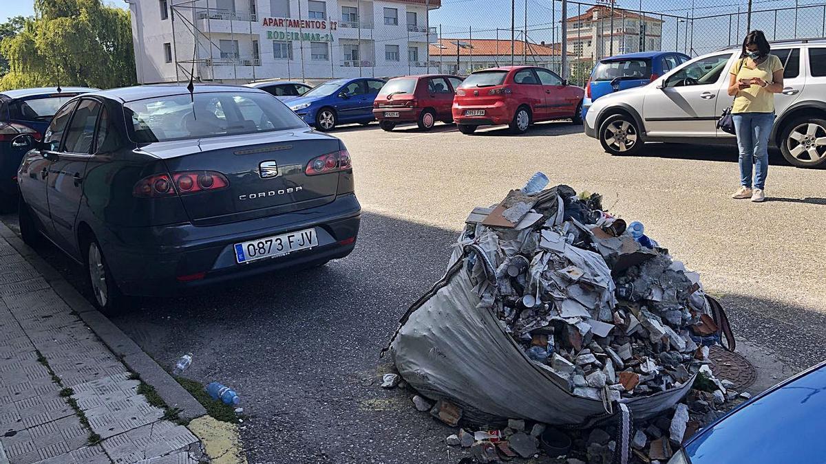 Dos años con un saco de basura y escombros ocupando plaza en el aparcamiento de Rodeira | G.NÚÑEZ