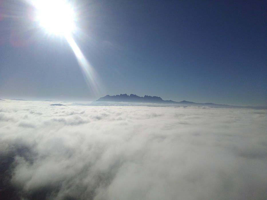 Collbaix. En aquesta imatge que ens han fet arribar podem veure que el sol intenta atravessar la boira que acapara tot el cel com un llençol. De fons podem veure Montserrat.