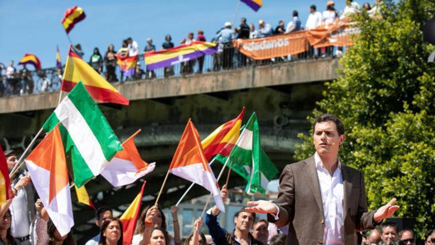 Una manifestación por la República interrumpe el discurso de Rivera