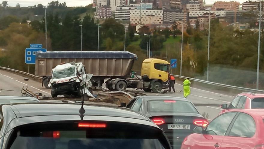 Un aparatoso accidente provoca retenciones a la salida de Oviedo en sentido León